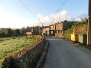 朝焼けの集落の中を歩く