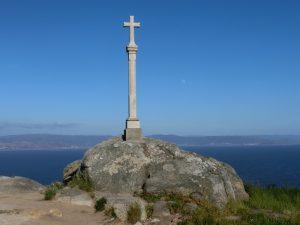 海岸近くに立つ十字架