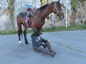 肩に馬のひざを乗せてポーズ
