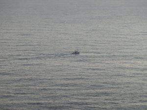 船が一艘通るのが見えた