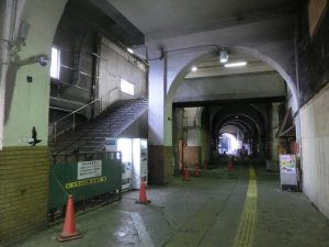 国道駅のガード下