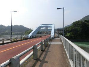 酒匂川に架かる橋を渡る