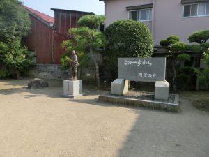 庭の彫像と碑文