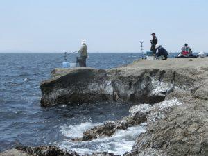 岩場と釣り人たち