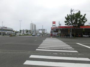 幹線道路を歩く