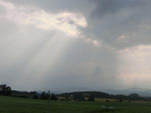 雲の切れ間から日が差していた