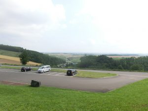 丘の駐車場