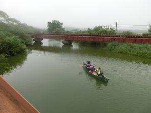 カヌーを漕ぐ人たち